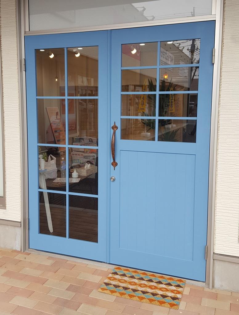 店舗入口親子ドア サッシドアから木製ドアへの入れ替えで造りました。